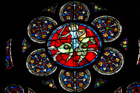 vetrate colorate: Stained glass windows inside the Notre Dame Cathedral, UNESCO World Heritage Site. Paris, France