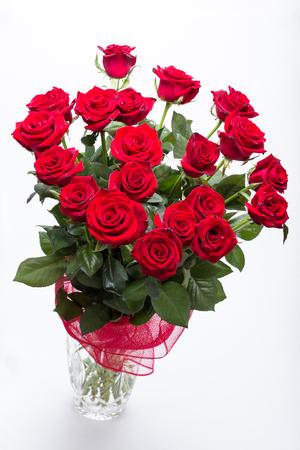 꽃이 만발한 어두운 붉은 장미 꽃다발