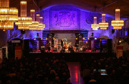 sal: Wieliczka, Polonia - 02 de noviembre 2015: Adam Kawonczyk cuarteto tocando m�sica en vivo en el Cracovia Jazz All Souls Day Festival en la mina de sal de Wieliczka. Polonia Editorial