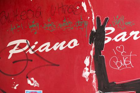 baile caricatura: Arte callejero en París Francia. París es el lugar perfecto para pasear por los callejones y las zonas abandonadas, en busca de arte al aire y la calle fresco.