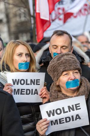 democracia: CRACOVIA, POLONIA - 9 de enero, 2016: - La demostraci�n de la Comisi�n de la Defensa de la Democracia KOD de medios de comunicaci�n libres  media wolne  y la democracia contra el gobierno PIS. Cracovia, Polonia
