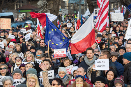 democracia: CRACOVIA, POLONIA - 9 de enero, 2016: - La demostración de la Comisión de la Defensa de la Democracia KOD de medios de comunicación libres  media wolne  y la democracia contra el gobierno PIS. Cracovia, Polonia