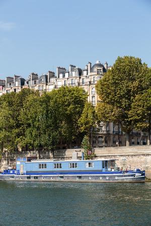 recolector de basura: muelle famoso de Seine en Par�s con barcazas en los d�as de verano. Par�s, Francia Foto de archivo