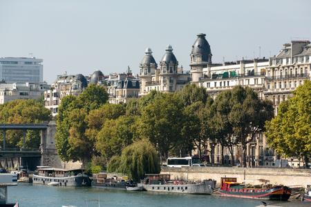 recolector de basura: muelle famoso de Seine en París con barcazas en los días de verano. París, Francia Editorial