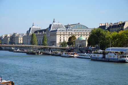 recolector de basura: muelle famoso de Seine en Par�s con barcazas en los d�as de verano. Par�s, Francia Editorial