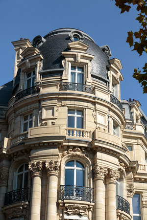 champs elysees quarter: Facade of typical house with balcony in 16th arrondisement of Paris.  France