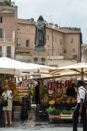 campo: Fresh fruits and vegetables for sale in Campo de Fiori, famous outdoor market in central Rome.