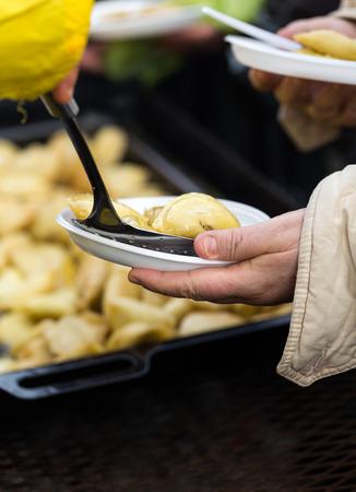 가난하고 집없는 따뜻한 음식 스톡 콘텐츠