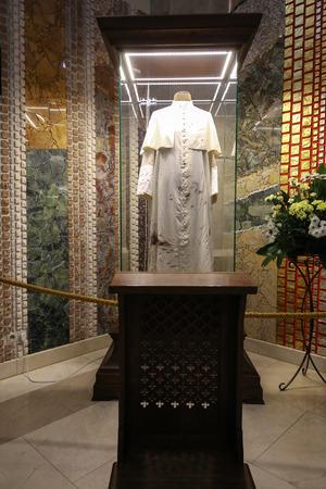 sotana: Cracovia, Polonia - 22 de julio, 2016: El centro del Papa Juan Pablo II. Cracovia, Lagiewniki, Polonia. La sotana de Juan Pablo II a quien el Papa tuvo durante el intento,