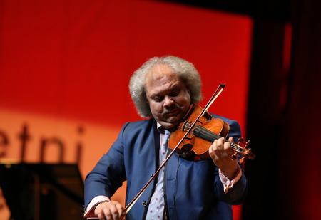 violinista: Cracovia, Polonia - 11 de junio, 2016: Roby Lakatos Romani violinista de Hungría la reproducción de música en vivo en el Festival de Jazz de Verano en Cracovia, Polonia