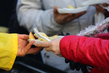 貧困層やホームレスのための暖かい食べ物