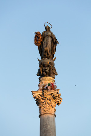 spagna:  The Column of the Immaculate Conception, is a nineteenth-century monument depicting the Blessed Virgin Mary, located in Piazza Mignanelli and Piazza di Spagna. Rome, Italy.