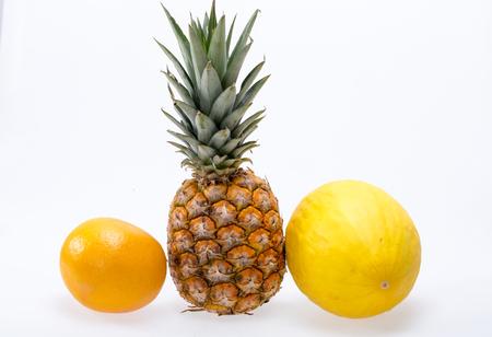 Assortiment de fruits frais exotiques isolé sur blanc