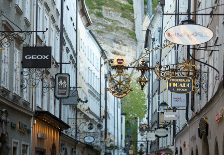 SALZBOURG, Autriche - 29 avril 2016: Rue commerçante à Salzbourg -Getreidegasse avec de multiples panneaux publicitaires. Getreidegasse, est l'une des plus anciennes rues de Salzbourg Éditoriale