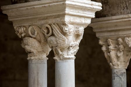 Chapiteaux romans des colonnes du cloître de l'Abbaye de Montmajour près d'Arles, France Éditoriale