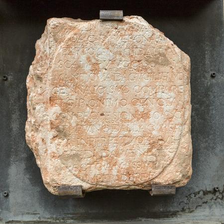 VERONA, ITALIE - 1er mai 2016: inscriptions Della Scala médiévale au Musée Castelvecchio. Vérone, Italie Banque d'images - 83452668