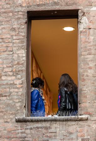 カーサ ディ ジュリエッタ (ジュリエットの家)、Via Cappello, ヴェローナ, イタリアのバルコニー下ヴェローナ, イタリア - 2016 年 5 月 1 日: 観光客 報道画像