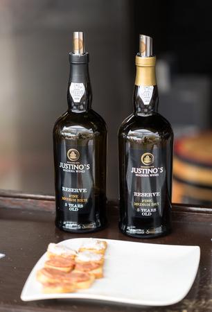 Funchal, Madera, Portugalia - 3 września 2016: Producenci win zachęcają do degustacji swoich win podczas festiwalu wina Madeira w Funchal na Maderze, Portugalia