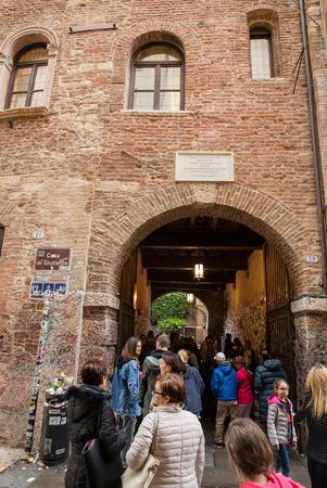 カーサ ディ ジュリエッタ (ジュリエットの家)、Via Cappello, ヴェローナ, イタリアのバルコニー下ヴェローナ, イタリア - 2016 年 5 月 1 日: 観光
