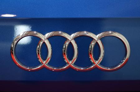 KRAKAU, POLEN - MEI 20, 2017: Close-up van het Audi merkt de metaaldieembleem op Audi-auto bij 3de uitgave van MOTO wordt getoond in Krakau Polen. Exposanten presenteren de meest interessante aspecten van de auto-industrie