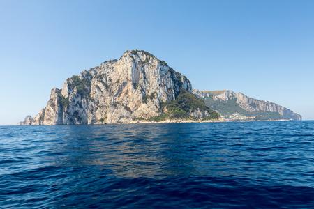 카프리 섬은 높은 암석으로 유명한 이탈리아에서 매우 아름답고 울창하고 특별한 위치에 있습니다.