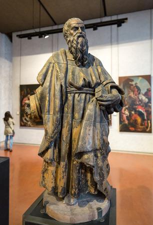 Vérone, Italie - 1er mai 2016: Statue de l'homme au musée de Castelvecchio. Vérone, Italie Banque d'images - 85669728