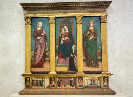VÉRONE, ITALIE - 1er mai 2016: Madonna with Child et Saints Mary la Consoler et Catherine au Musée du Castelvecchio. Vérone, Italie