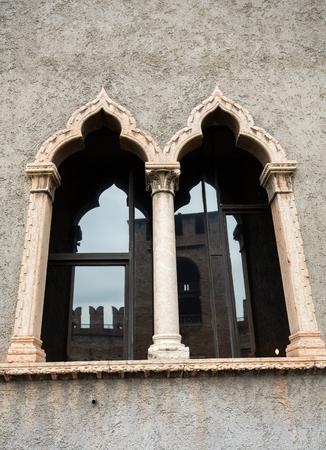 Ancienne fenêtre du musée de Castelvecchio. Vérone, Italie Banque d'images - 88219676