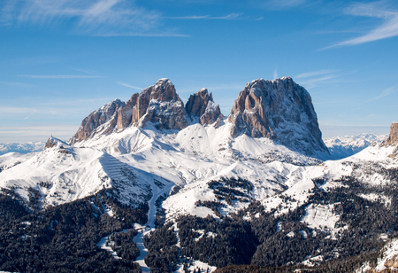 Skiing area in the Dolomites Alps. Overlooking the Sella group  in Val Gardena. Italy 版權商用圖片 - 88426499