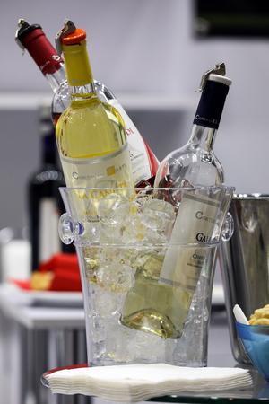 クラクフのクラクフ ポーランド - 2017 年 11 月 16 日: 国際ワイン貿易フェア ENOEXPO。世界各地からのワインの生産者は、輸入代理店や担当者を満たし 報道画像
