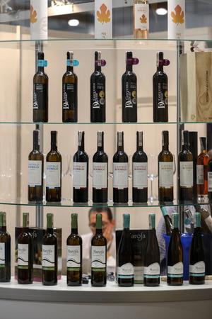 クラクフポーランド - 11月16 2017:クラクフの国際ワイン見本市エノエキスポ。世界中からのワインの生産者は、輸入業者の販売代理店や代表者に会い 報道画像