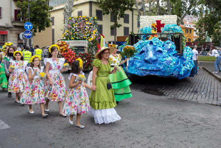 Funchal; Madeira; Portugal - April 22; 2018: Annual parade of the Madeira Flower Festival in the city of Funchal on the Island of Madeira. Portugal. Foto de archivo - 100570915