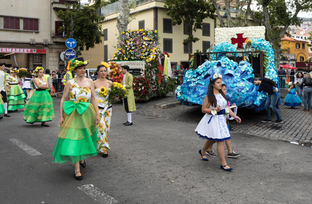 Funchal; Madeira; Portugal - April 22; 2018: Annual parade of the Madeira Flower Festival in the city of Funchal on the Island of Madeira. Portugal. Foto de archivo - 100570919
