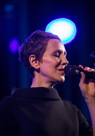 Cracow, Poland - April 26, 2018 : The performance of the American jazz vocalist Stacey Kent with her accompanying quartet on the Kijow. Centre stage in Krakow, Poland. It is a concert in the cycle - T 報道画像