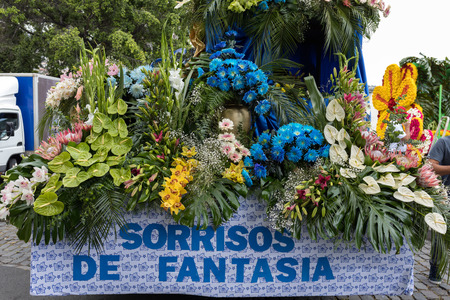 Funchal; Madeira, Portugal - April 22, 2018 : Floral float at the Madeira Flower Festival Parade, Funchal, Madeira, Portugal Foto de archivo - 100571191