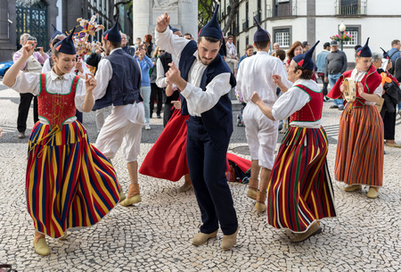 Funchal, Portugal - April 19, 2018:  Folk musicians and dancers performing on the Avenida Arriaga  in Funchal on the Madeira Island, Portugal. 新聞圖片