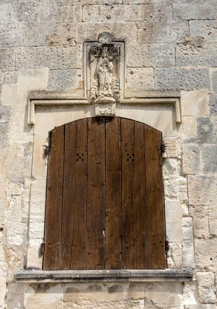 Old wooden door on stone  house  in Les Baux de Provence, France Standard-Bild