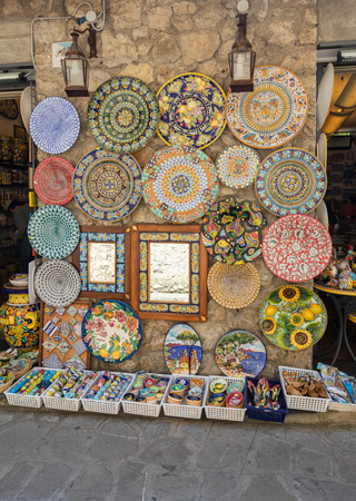 Ravello, Italia - 16 de junio de 2017: Tienda de cerámica en la plaza principal de Ravello, Campania, Italia