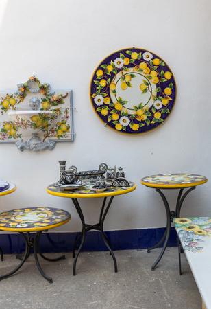 Ravello, Italia - 16 de junio de 2017: Tienda de cerámica en la plaza principal de Ravello, Campania, Italia Editorial