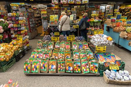 Amsterdam, Pays-Bas - 20 avril 2017 : Bulbes de fleurs au marché aux fleurs traditionnel, Amsterdam, Hollande, Pays-Bas