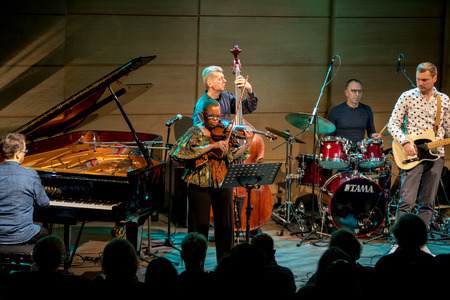 Cracow, Poland - March 9, 2019: Regina Carter, American jazz violinist an AMC Trio  live on stage of Manggha Museum of Japanese Art and Technology. Krakow. Poland Banque d'images - 119279838