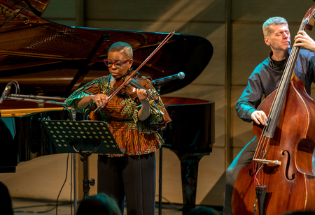 Cracow, Poland - March 9, 2019: Regina Carter, American jazz violinist an AMC Trio  live on stage of Manggha Museum of Japanese Art and Technology. Krakow. Poland Banque d'images - 119313622