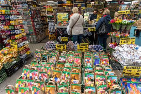 Amsterdam, Holanda - 20 de abril de 2017: Bulbos de flores en el tradicional mercado de flores, Amsterdam, Holanda, Países Bajos