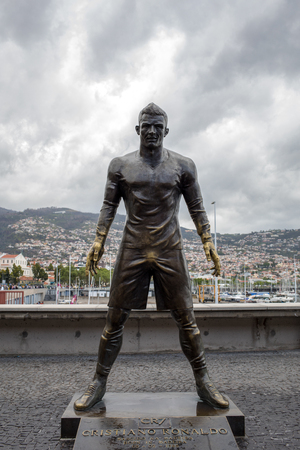 Funchal, Madeira, Portugal - April 22, 2018: The staue Christiano Ronaldo before the entry to the Museum CR 7 in Funchal on Madeira. Portugal Redactioneel