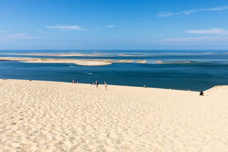 Dune of Pilat, France - September 10,2018: People on the Dune of Pilat, the tallest sand dune in Europe. La Teste-de-Buch, Arcachon Bay, Aquitaine, France 版權商用圖片