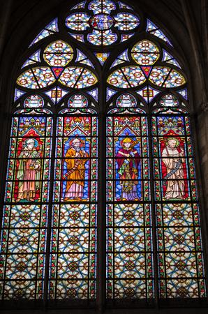 Troyes, Frankrijk - 31 augustus 2018: Kleurrijke gebrandschilderde ramen in Basilique Saint-Urbain, 13e-eeuwse gotische kerk in Troyes, Frankrijk