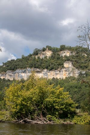 Landscape of the Dordogne river valley between La Roque-Gageac and Castelnaud, Aquitaine, France Archivio Fotografico