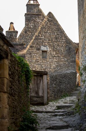 Typical French townscape with ancient housest and cobblestone street in the traditional town Beynac-et-Cazenac, France 免版税图像