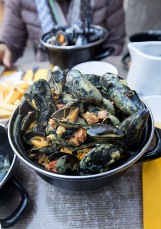 Tasty black mussels in sauce. Saint Malo, Brittany, France 版權商用圖片