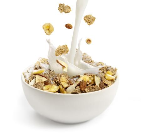 cereal: Verter la leche en un bol con cereales para el desayuno